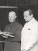 Владимир Яковлевич Эдельман (слева) и зам. главного врача по медицинской части Макс Бернардович Мендельсон