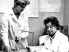 Профессор О.Б. Ченцова (справа) и млад. науч. сотр. А.А. Рябцева изучают результаты электронной тонографии глаза (1978)