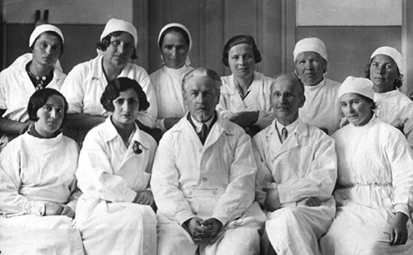 Заведующий кафедрой глазных болезней Крымского медицинского института, профессор А.А. Бельский (в центре) с сотрудникам