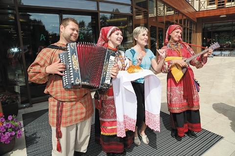 Наталья Залевская с участниками фольклорного ансамбля