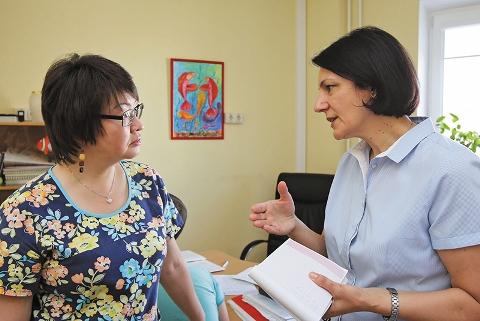 Заведующая, кандидат медицинских наук Е.Ю. Полякова и доктор З. Савкович в детском отделении