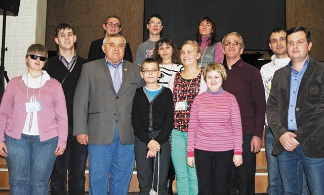 Директор школы-интерната из Липецка И.И. Батищев с юными музыкантами