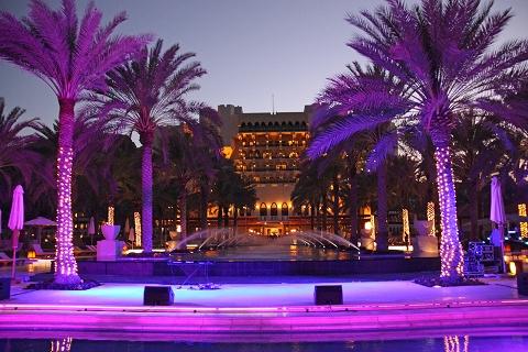 Вечерний вид Конгресс-отеля «Crown Plaza»