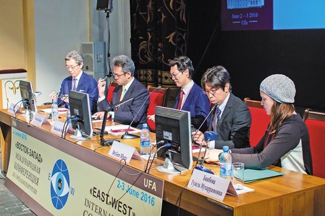 Президиум научной сессии офтальмологов Университета г. Чиба (Япония) — профессор С. Ямамото, профессор Т. Ошитари, профессор Т. Баба, профессор Г. Миура, доцент Г.М. Бикбова